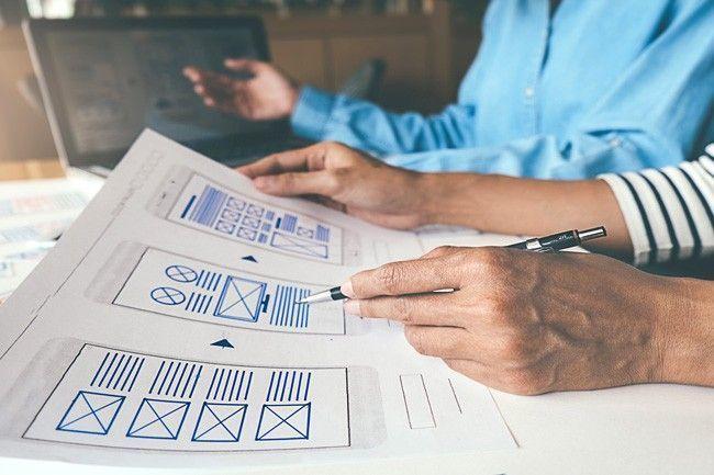 Web- und UX-Designer besprechen einen Entwurf