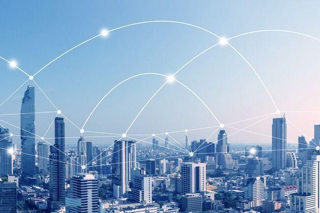 Visualisierung eines Netzwerkes über einer Großstadt