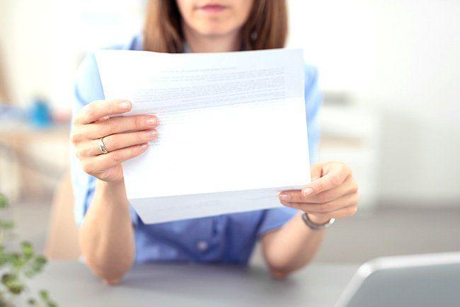 Eine Frau schaut sich einen Brief an