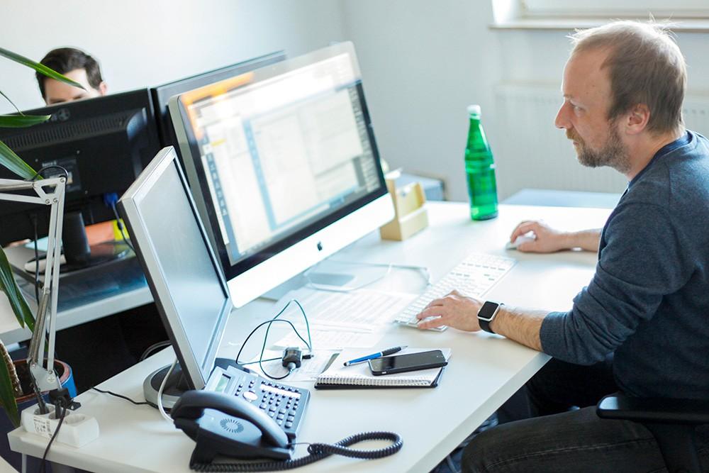 Entwickler bei der Arbeit am PC