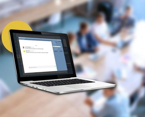 Laptop, auf dem der onOffice Messenger zu sehen ist.