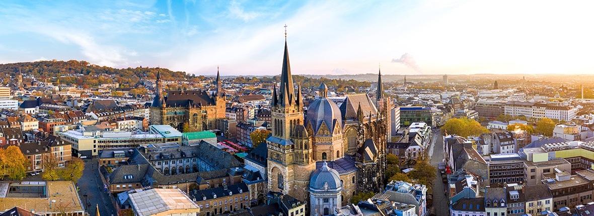 Blick über die Stadt Aachen mit Dom und Rathaus